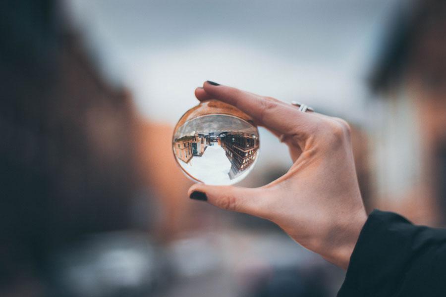 Digitale Vermarktung mit Blick aufs Ganze z.B. durch eine Glaskugel