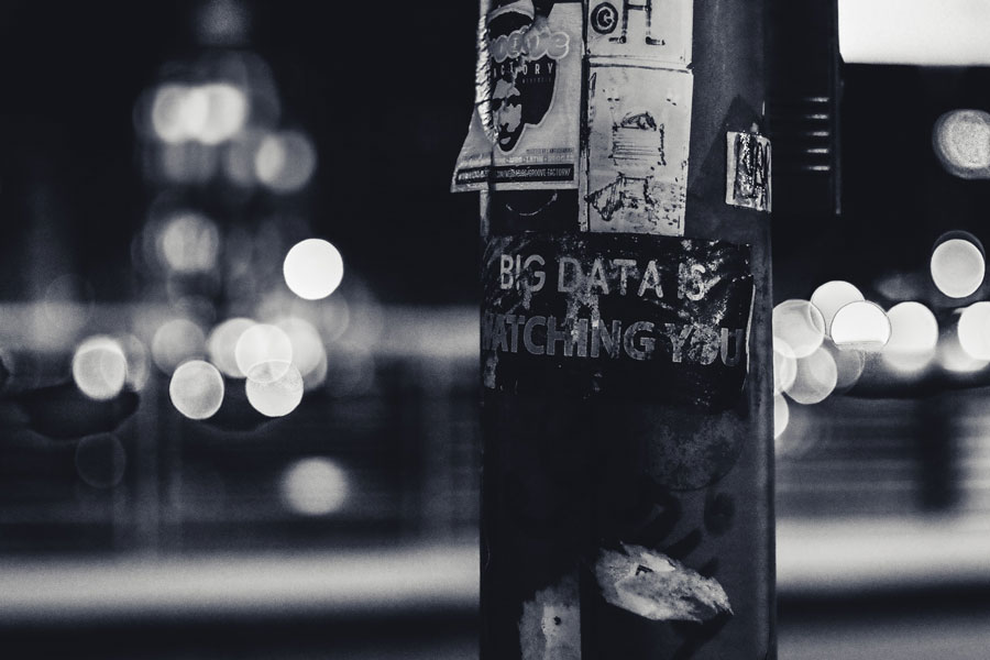 "Liftfaßsäule mit der Aufschrift ""Big Data is watching you"""