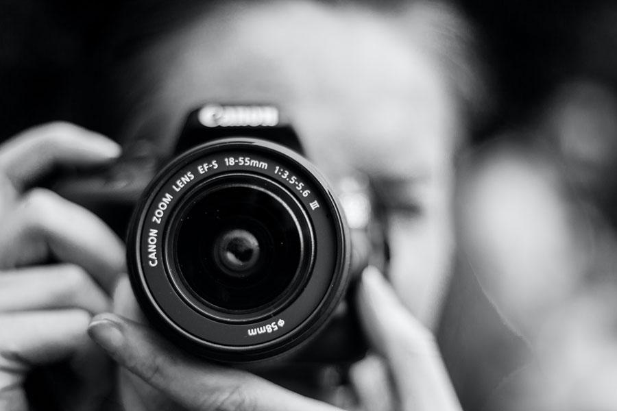 Eine Dame nimmt mit der Kamera ein Photo auf