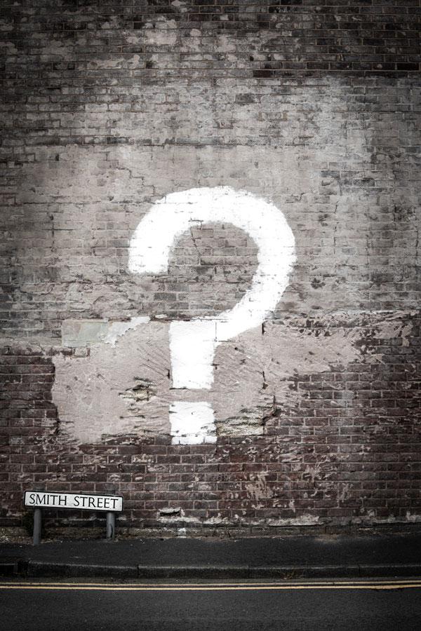 Eine Mauer mit einem Fragezeichen