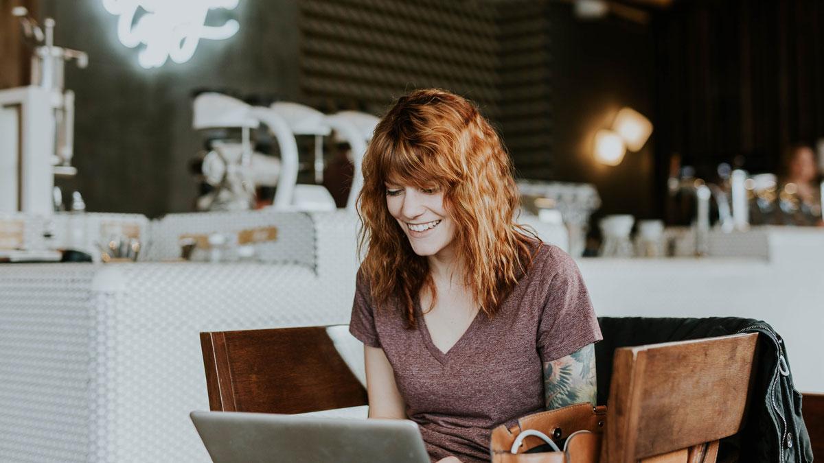 Eine Dame surft auf einer Unternehmenswebsite, die für die Neukundengewinnung eingesetzt wird