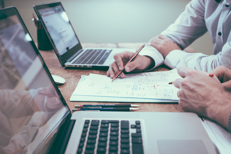 Jetzt ist der richtige Zeitpunkt, um eine krisenfeste und zukunftssichere Vertriebsstrategie zu entwickeln, die Marktpotenziale, Betreuungsaufwand und Kundenbedürfnisse differenziert betrachtet. In vielen Branchen erfolgt eine komplette Neuausrichtung hin zu einer krisenresistenten, zukunftsorientierten und innovativen Strategie. Eine solche zeitgemäße Strategie inkludiert digitale Inside-Sales-Methoden als zentralen Erfolgsfaktor neben dem direkten Mensch-zu-Mensch Kontakt im Vertrieb. 2. Seien Sie schneller als Ihre Mitbewerber! Die digitale Transformation hat durch die Corona-Pandemie rasant Fahrt aufgenommen. Digitale Kommunikationskanäle wie beispielsweise LinkedIn oder der Einsatz von Kollaboration Tools wie Microsoft Teams werden künftig Ihren Alltag dominieren. Sei es, um Sie bei der Neukundengewinnung, bei der Kontaktpflege oder in Kundenterminen zu unterstützen. Zudem sollte das CRM-System als Kernelement des Kundenmanagements durch KI-Lösungen und ein smartes Schnittstellenmanagement anreichern und veredeln. Durch diese Entwicklungen werden vor allem Mittelständler und Großbetriebe zunehmend den klassischen Außendienst zurückfahren, auf die Digitalisierung und damit auf Big Data setzen. Es wird nur noch wenige «klassische» Beeinflussungspunkte geben. 3. Talente fordern und fördern ist die Devise! Der B2B-Einkaufsprozess hat sich bereits jetzt wesentlich auf online verlagert. Daher entscheidet der Aufbau einer kanalübergreifenden Journey über wirtschaftlichen Erfolg und Misserfolg. Schulen Sie Ihre Mitarbeiter! Gehen Sie die verschiedenen Touchpoints Ihrer Kunden durch und hinterfragen Sie jeden einzelnen. Ein Wechsel zwischen online und offline ist jederzeit und beliebig oft möglich. Jeder Ihrer Touchpoints sollte eigenständig funktionieren und seinen Zweck auf der Journey erfüllen.