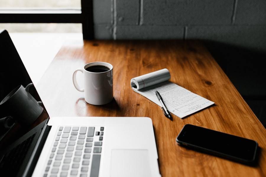 Computer auf dem Schreibtisch für Blogbeiträge