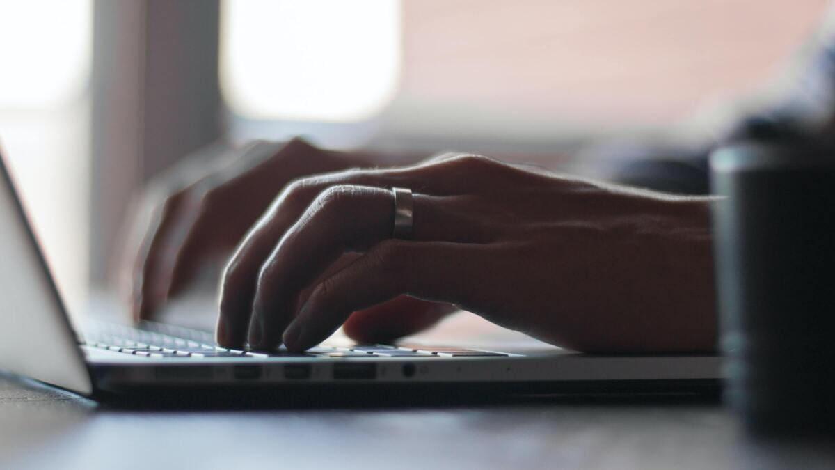 Auf dem Laptop wird der perfekte Blogbeitrag geschrieben